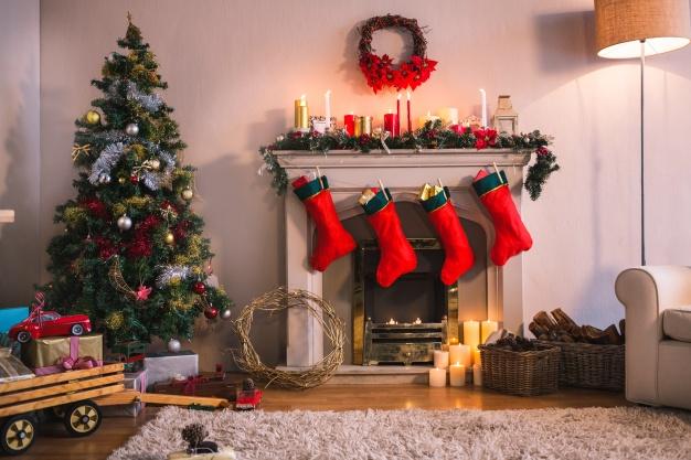 chimenea-con-calcetines-rojos-colgando-y-un-arbol-de-navidad_1252-402